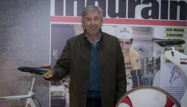 Eusebio Unzué, con dos PInarello -una de carretera y la Spada del Récord de la Hora- de Miguel Induráin, ayer por la mañana en el Museo del Deporte en Baluarte.