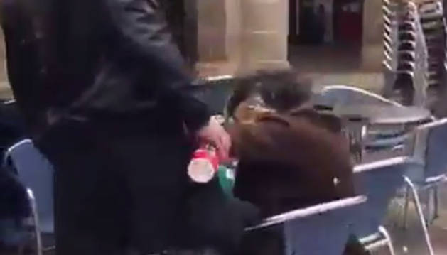 Foto del momento de la agresión en Bilbao.