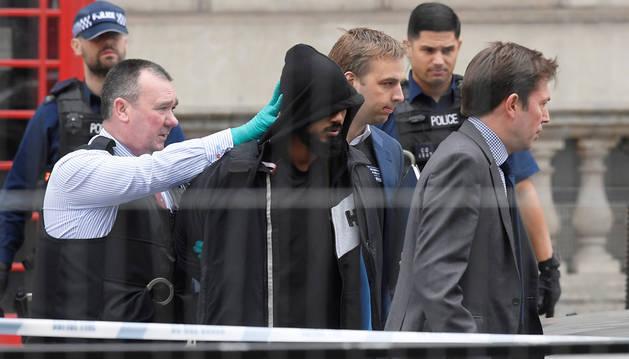 Momento de la detención en el barrio londinense de Westminster, cerca del Parlamento británico.