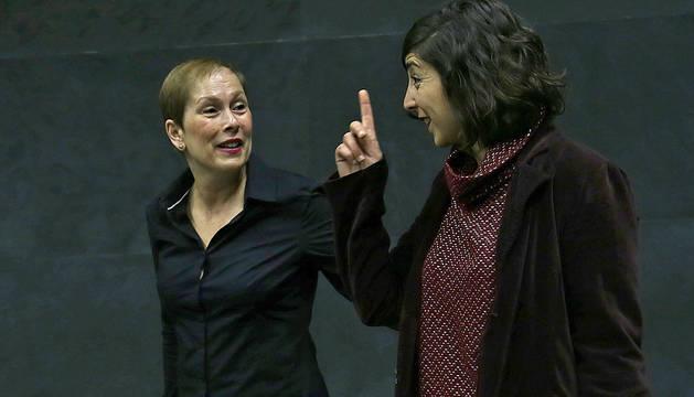 Laura Pérez (Podemos) charla con Uxue Barkos.