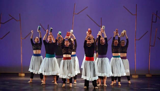 Foto de once dantzaris darán vida hoy en el Teatro Gayarre al espectáculo 'Maurizia', que combina el estilo tradicional y el contemporáneo.