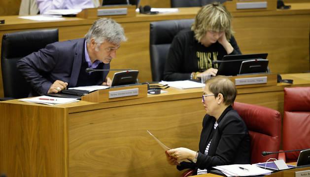 La presidenta Uxue Barkos conversa con Koldo Martínez en el pleno de este jueves.
