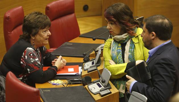 Foto de la consejera María José Beaumont, hablando ayer con la presidenta del Parlamento, Ainhoa Aznárez (Podemos), y Unai Hualde (Geroa Bai).