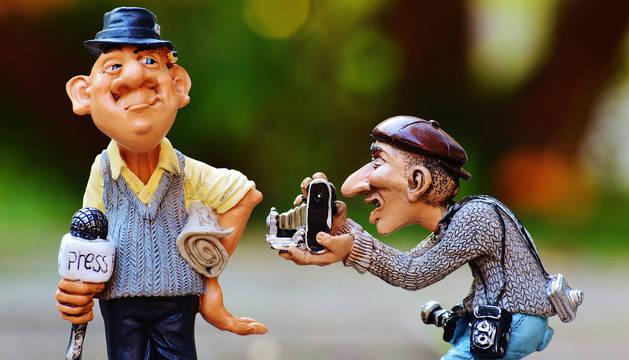 Imagen representativa de dos periodistas.