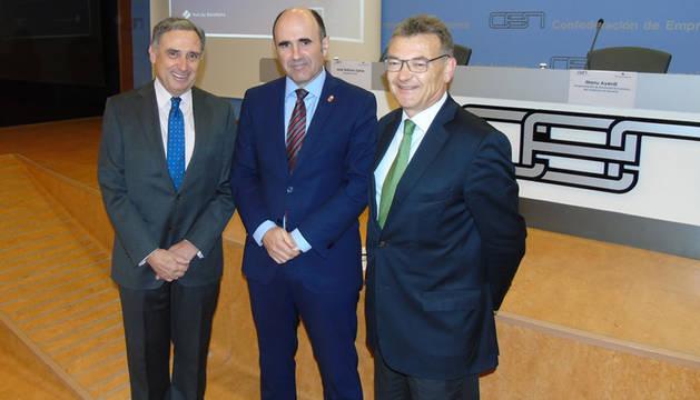 foto de José Antonio Sarría (presidente de CEN), Manu Ayerdi (vicepresidente de Desarrollo Económico del Gobierno de Navarra ) y Santiago García Milà (subdirector general de Estrategia y Comercial de Puerto de Barcelona).