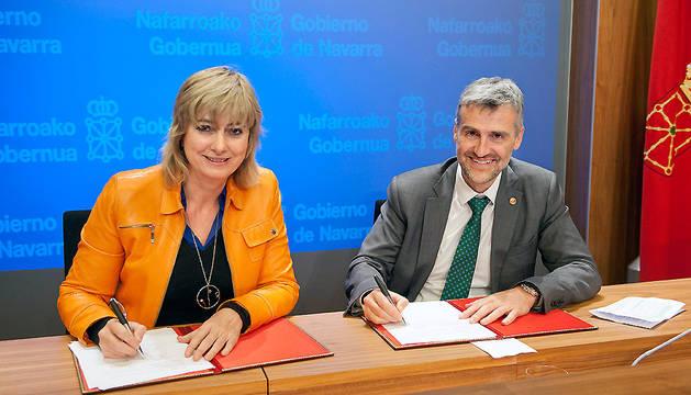 La consejera Ollo y el rector Carlosena firman el convenio.