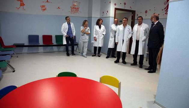 El consejero Fernando Domínguez, a la derecha, con el equipo directivo del área de salud de Tudela y los responsables de Urgencias y Pediatría del hospital, en la sala de espera del área de Urgencias Pediátricas del hospital Reina Sofía.