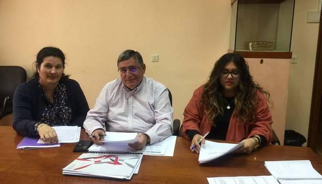 Sira Cobelas, el concejal Ricardo Gómez de Segura y Andrea Rodríguez.
