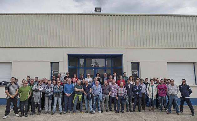 Imagen de la plantilla de la cooperativa Salcedo Muebles enfrente de sus instalaciones.