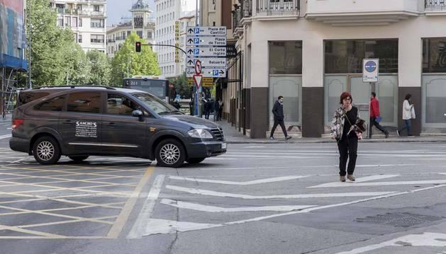 Imagen de una mujer cruzando erróneamente por un cebreado de la calle Leyre.