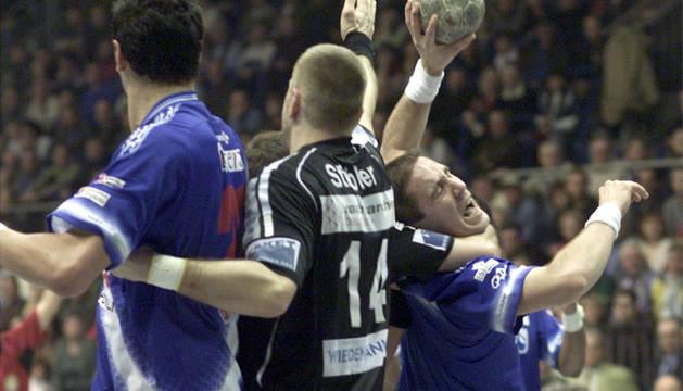 Foto de Alberto Martín, frenado por el Magdeburgo en el duelo que el San Antonio ganó en la pista germana en 2003.