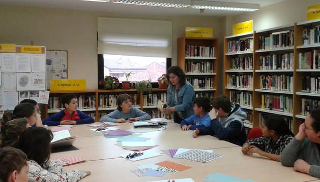 Foto de la emprendedora Sara Suberviola, oriunda de Mendavia, en el taller sobre cuentos en la biblioteca con alumnos del colegio de la localidad.