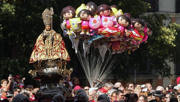 Un vendedor de globos, durante la procesión en honor a San Fermín, el 7 de julio de 2010.