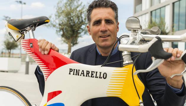 Miguel Indurain posa con su 'Espada' en Mallorca