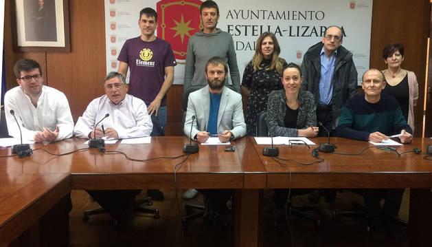 El equipo de gobierno de Estella compareció ayer al completo con los 10 concejales de Bildu, Ahora-Orain y Geroa. En la imagen, en el salón de plenos durante la rueda de prensa sobre las sentencias de Oncineda.