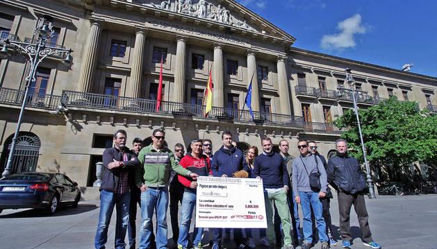 Foto de los sindicalistas de Policía Foral, ayer con su cheque simbólico ante el Palacio de Navarra.
