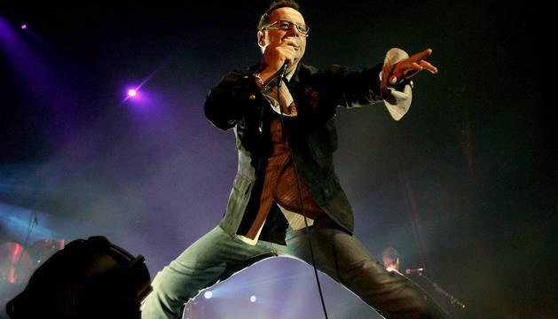 El vocalista de Simple Minds, Jim Kerr, durante una actuación de la banda en Amsterdam en 2006.
