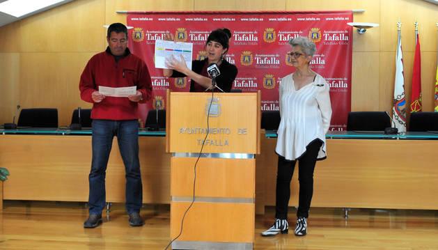 Desde la izda., los concejales de EH Bildu Pedro Leralta, Haizea Lizarbe y Marian González  fueron los encargados de presentar la metodología de participación a la hora de votar.