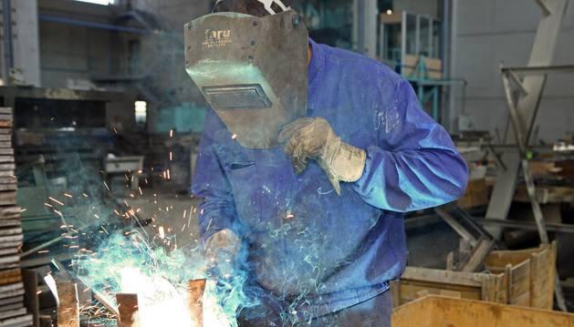 Foto de un soldador durante su jornada de trabajo.