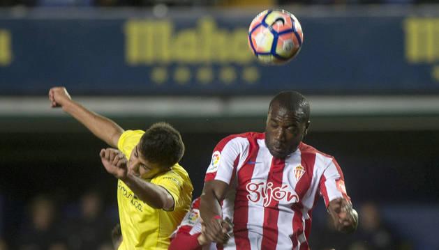 Babin pugna por un balón con Rodri durante el partido