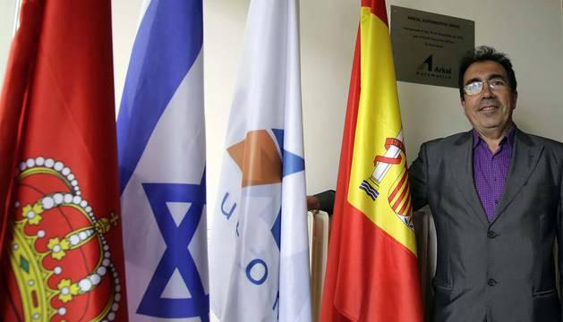 Alberto González Villanueva, director gerente de Arkal Automotive Spain, posa en la entrada de la empresa, donde, entre las banderas de Navarra, España y del grupo, está la de Israel, país donde tiene la sede el grupo Arkal.