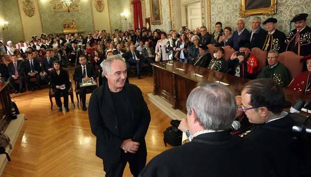 Ferran Adrià, ante los otros tres premiados, durante su nombramiento como Caballero de Honor de la Orden del Volatín.