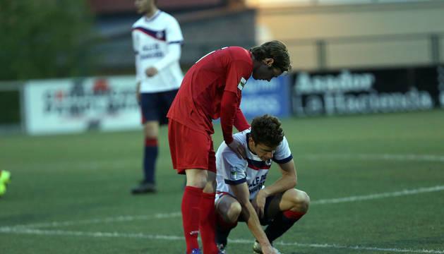 Julen Goñi, extremo del Izarra, anima a Jose Albisu, lateral de la Mutilvera, en el final del partido.