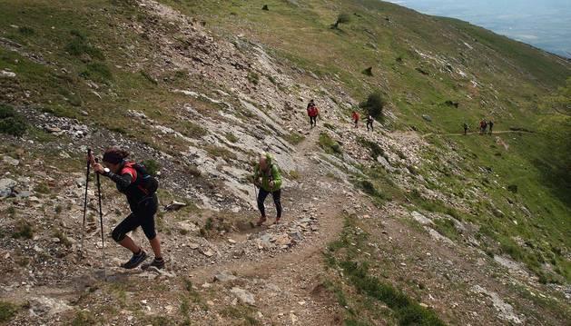 Imágenes de la XXVIII edición, en la que cientos de senderistas han subido a cimas como las del monte Beriain o San Miguel de Aralar.