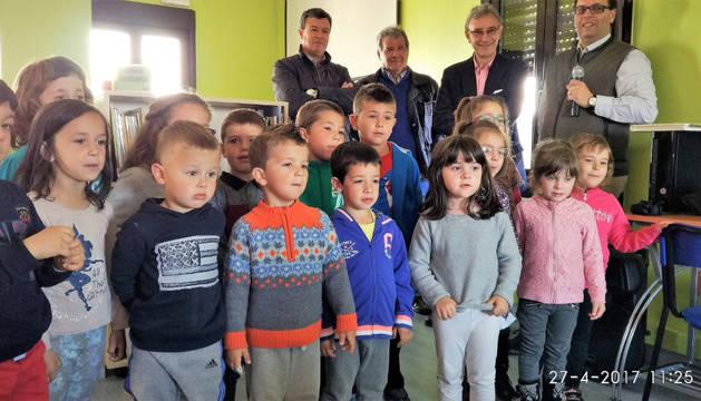 Foto de los pequeños, atentos en el momento de los discursos oficiales.