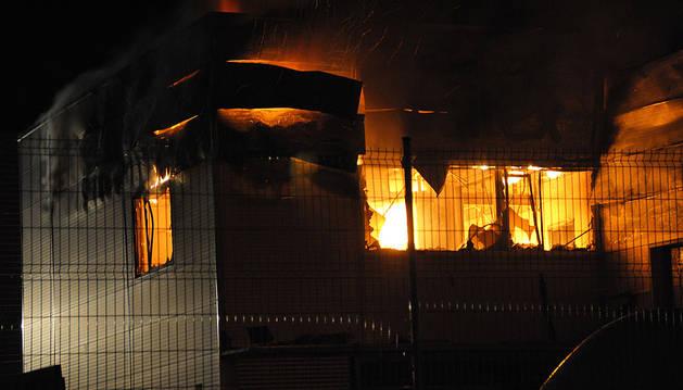 Un incendio arrasa la empresa Resitex en el polígono Comarca II