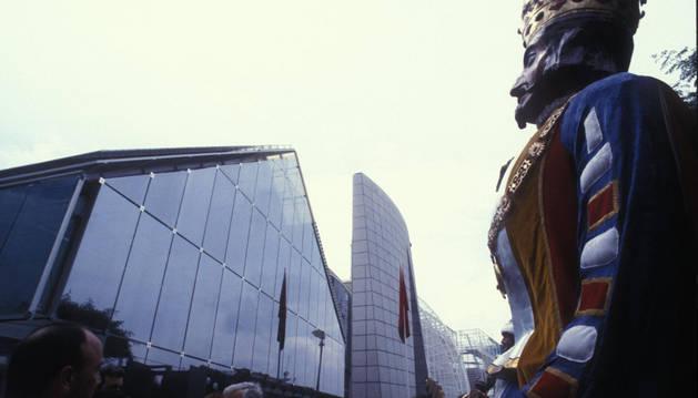 Foto del pabellón navarra. Los gigantes de Pamplona, delante del edificio en  la Expo '92 de Sevilla.