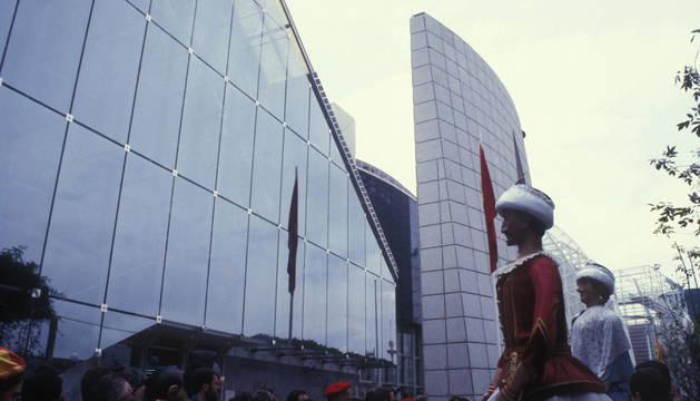 Los gigantes, delante del pabellón de Navarra en la Expo 92.