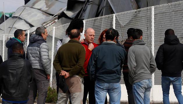 Foto del empresario Miguel Zabalza Compains, en medio y de frente, rodeado de los trabajadores.