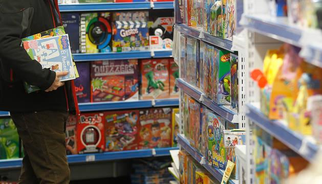 Una persona, en una juguetería de Pamplona.