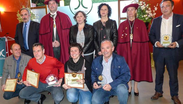 Los premiados junto a los miembros cofrades.