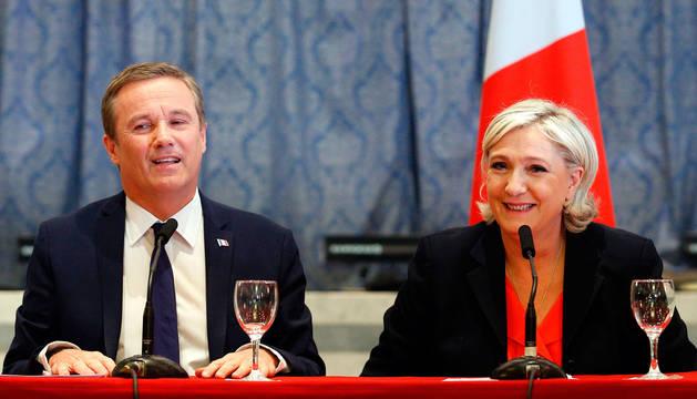 Marine Le Pen con su candidato a primer ministro, Nicolas Dupont-Aignan.