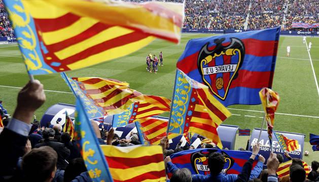 La afición del Levante celebra el primer gol del partido contra el Oviedo.