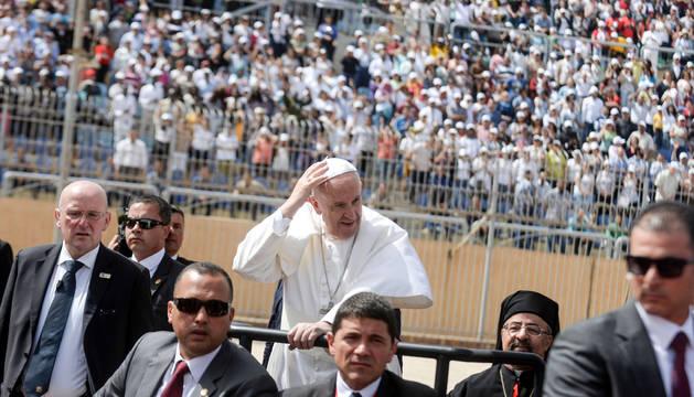 El Papa Francisco en el vehículo que ha empleado para saludar a todos los fieles congregados