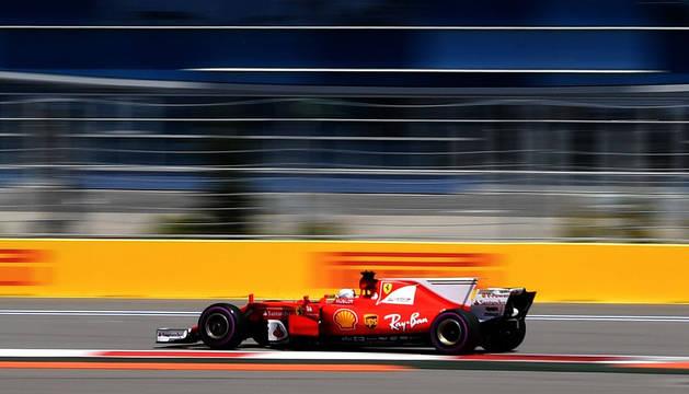 El Ferrari de Vettel rodando sobre el circuito de la ciudad rusa de Sochi