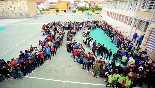 Foto de los alumnos y profesores del IES Marqués de Villena de Marcilla forman un cincuenta en el patio del centro esta pasada semana.