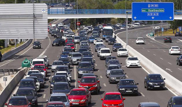 Tráfico lento en la incorporación a la A-6 desde la M-30, en Madrid.