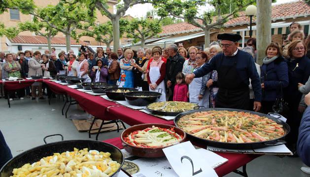 Foto de los asistentes al Concurso de Guisos de Verduras contemplan las propuestas gastronómicas de los participantes.