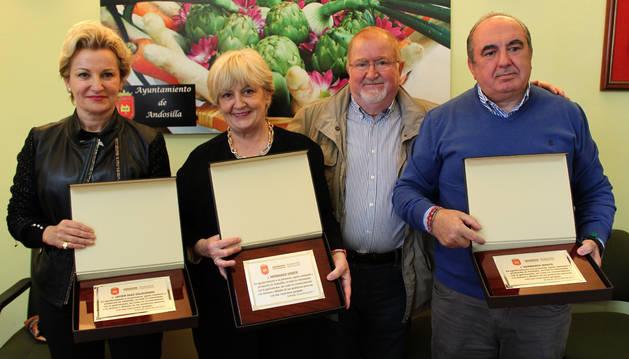 Foto de autoridades, homenajeados e invitados antes de abrir oficialmente la novena edición de Andosilla Gastronómica.