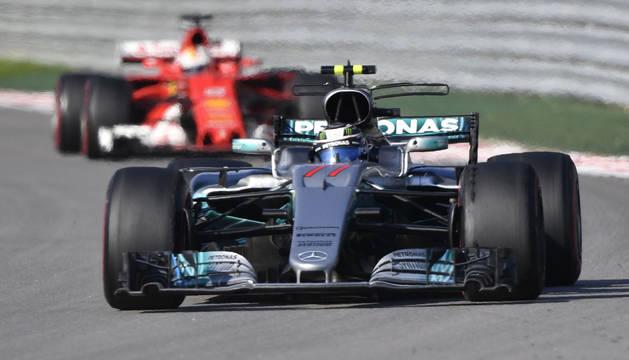Bottas, por delante del Ferrari de Vettel.
