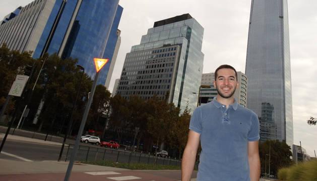Foto de Mikel Chivite, ante la Gran Torre Santiago, un rascacielos de 62 pisos y 300 metros de altura en Santiago de Chile con un centro comercial, dos hoteles y dos torres de oficinas.