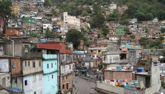 Las favelas ganan terreno a la vegetación de la montaña