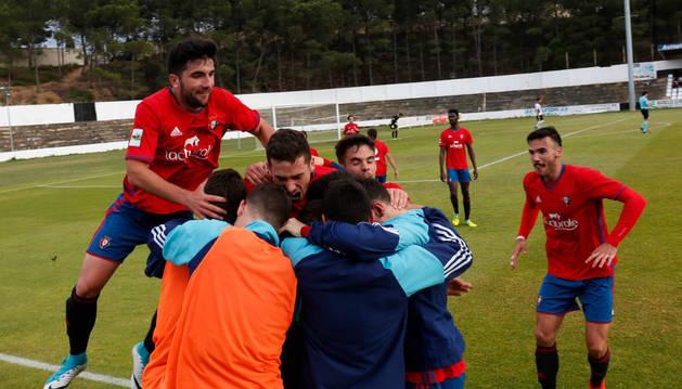 Foto de los jugadores de Osasuna Promesas celebran en el banquillo el gol anotado por Álex Sánchez en el minuto 91 que les daba la victoria en el Ciudad de Tudela.