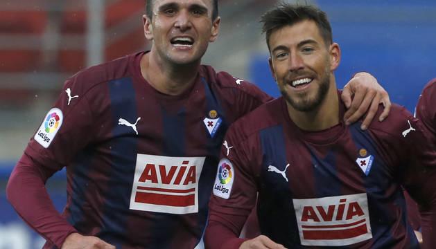 Kike García y Sergi Enrich celebran el segundo gol del Eibar.