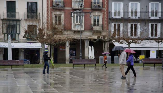 Foto de la lluvia llegó ayer, el último día de abril, a la capital navarra.
