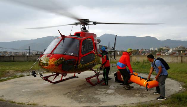 El cuerpo de Ueli Steck llega al hospital de Kathmandu, en Nepal.
